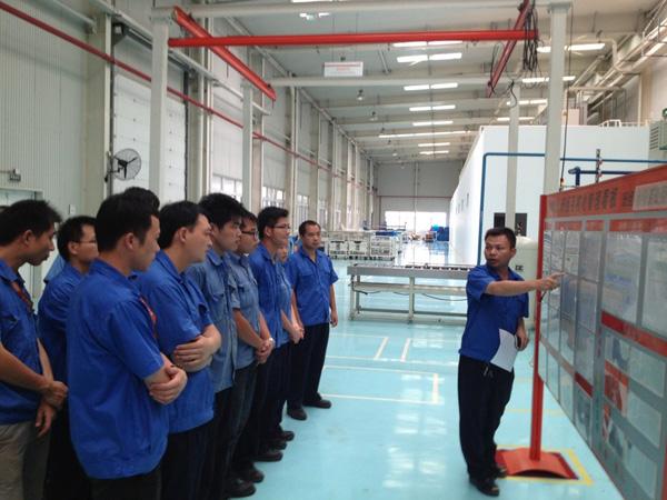 玉柴联合动力装试车间蒋志云副经理组织了一次对小分装班组目视化看板